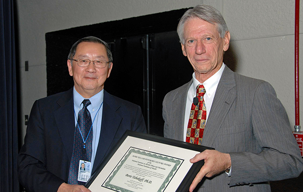 Dr. Boris Tabakoff (right) accepts the 2007 Mark Keller Honorary Award from NIAAA Director Dr. T.-K. Li. Photo by Bill Branson, NIH Medical Arts and Photography Branch.